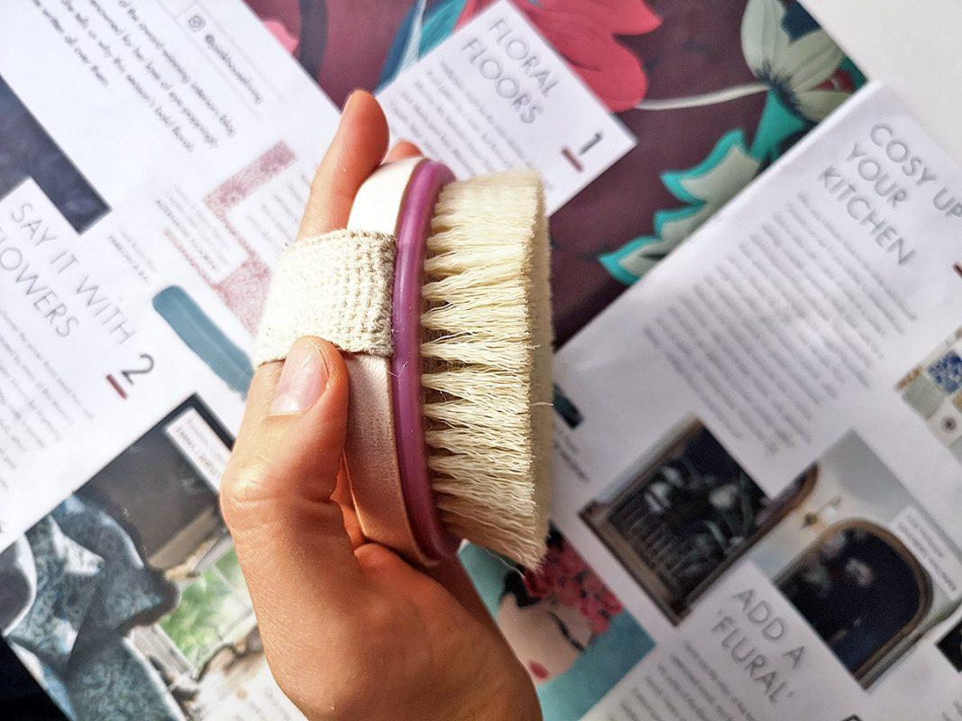 Бюджетная щетка для сухого массажа Ecotools Dry Brush